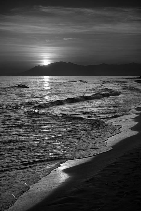 Dark Landscape Black White Beach Black White Aesthetic In 2020 Black And White Landscape Dark Landscape White Aesthetic Photography