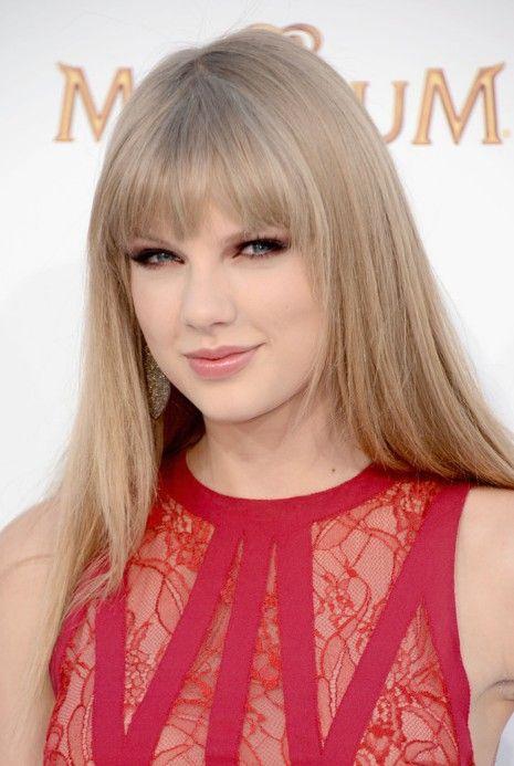 Taylor Swift Lange Schlanke Frisur Mit Stumpfen Pony Trend Frisuren Frisuren Neu Frisuren Frisuren Lange Blonde Frisuren Frisur Inspirationen