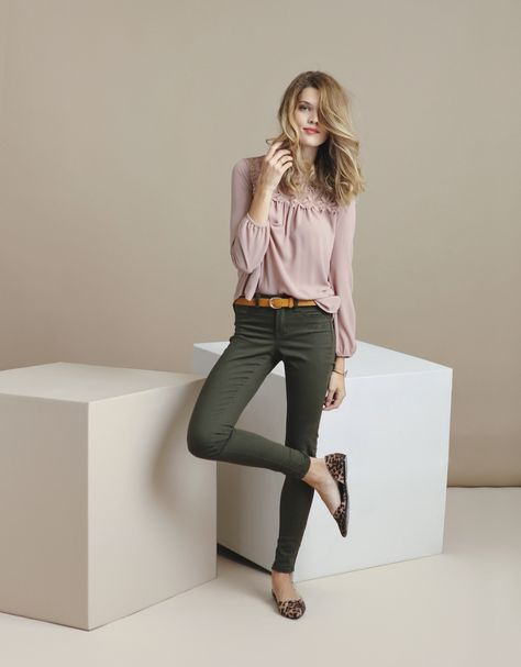 It is always good to have something special to make your outfit unique. Green skinny jeans can do precisely that. Even if you wear something casual.