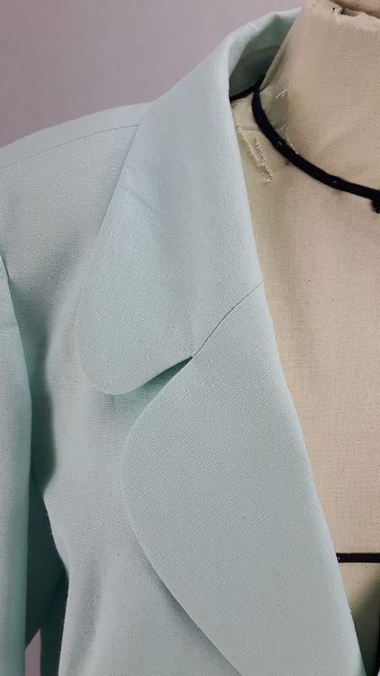 Vue de détail d'une veste en lin coloris vert d'eau avec