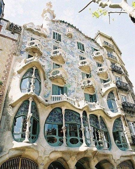 As Obras De Gaudí Povoam Barcelona Vale Muito A Pena Visitar Todas As Suas Construções Como Essa Que é Conhecida C Gaudi Gaudi Architecture Amazing Buildings