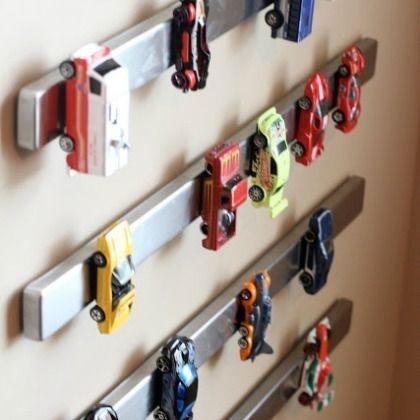 Spielzeug Autos cool mit Magnetstreifen an der Wand aufräumen *** Magnetic Car Storage - organize your boys room
