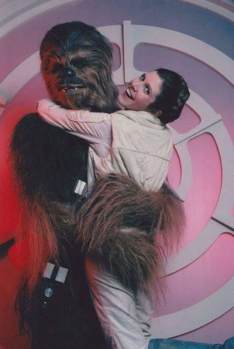 Peter Mayhew as Chewbacca with Carrie Fisher as Leia behind the scenes on Star Trek, Star Wars Film, Star Wars Cast, Star Wars Poster, Carrie Fisher, Chewbacca, Peter Mayhew, Photos Rares, Star Wars Personajes