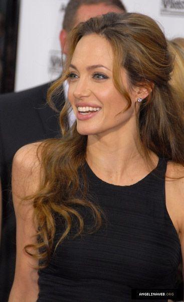 Angelina Jolie Was Fur Ein Atemberaubendes Lacheln Frisuren Schone Frisuren Mittellange Haare Angelina Jolie