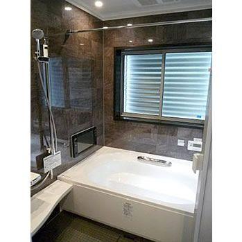 可動式目隠しルーバーを取り付けた浴室窓 隣の家の玄関付近なので