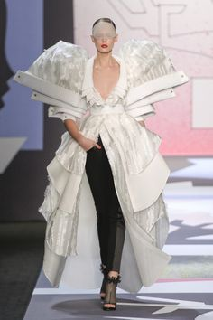 Exaggeration & Multiplication - sculptural fashion, oversized shape & structure; 3D fashion design // Viktor & Rolf
