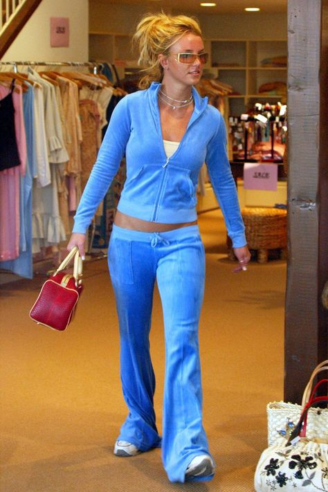 15 Trends You Wouldn't be Caught Dead In — Early Fashion Trends 2003 Juicy Couture Track Suits 2000s Fashion Trends, Early 2000s Fashion, 90s Fashion, Fashion Outfits, Latest Fashion, Work Fashion, Spring Fashion, Winter Fashion, Fashion 1920s