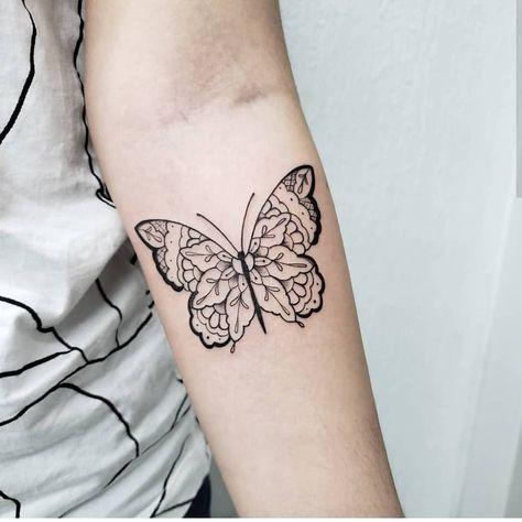 🦋 do old school ao blackwork, a borboleta é um clássico que não cai da moda nunca 🦋  Tatuagem feita por @fernanda_ishida em nosso estúdio…