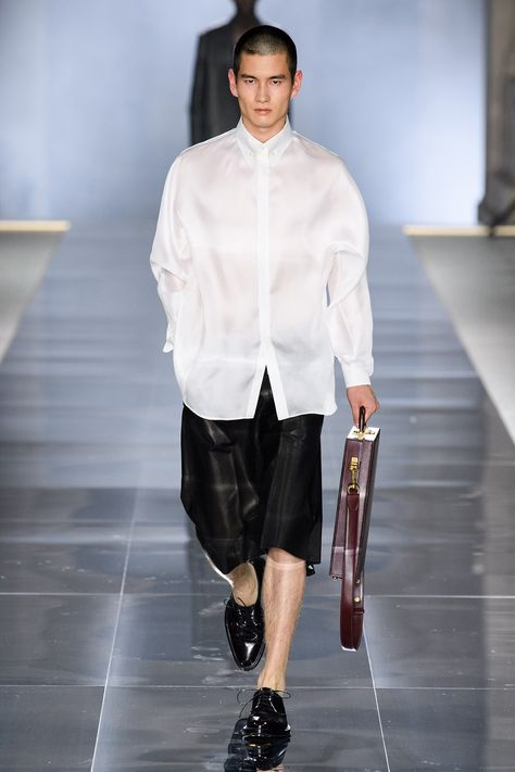 Dunhill Spring 2020 Menswear collection, runway looks, beauty, models, and reviews.