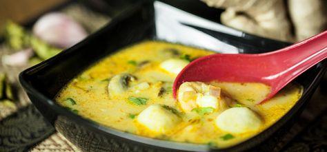 Die leicht scharfe, süß-saure Kokossuppe mit Garnelen und Fischbällchen lässt sich einfach zubereiten. Yasmin erklärt im Video die Zubereitung.