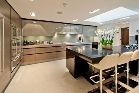 Taupe and wood colours - high gloss and contrast of the black/dark brown   High-gloss kitchen