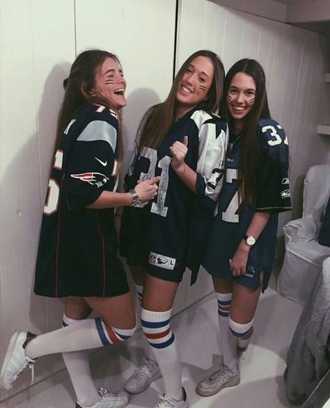 Awesome and Easy DIY Halloween Costumes for Teen Girls - American Footballer Costume halloween amigas Halloween Costumes For Teens Girls, Cute Group Halloween Costumes, Trendy Halloween, Cute Costumes, Halloween Outfits, Football Halloween Costume, Pirate Costumes, Halloween Halloween, Simple Costumes