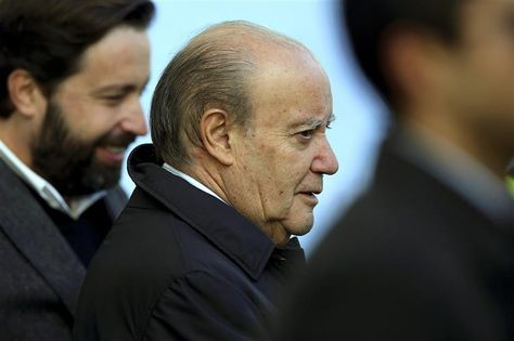 "PINTO DA COSTA, 30 years avoiding justice: a professional contorcionist would not be able to 'avoid' so much as this guy, the president of FCPorto. After the famed judicial law suit ""Apito Dourado"", now he is indicted in another one, acused of using the 'services' of non licenced bullys. LAMPIONISM OF A DIFFERENT COLOUR."