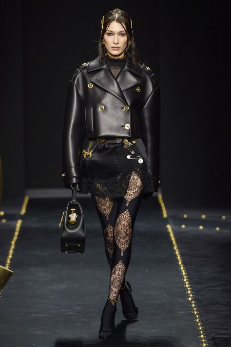Donatella Versace tries to take on the grunge look to mixed results in her supermodel-filled Fall 2019 show during Milan Fashion Week!