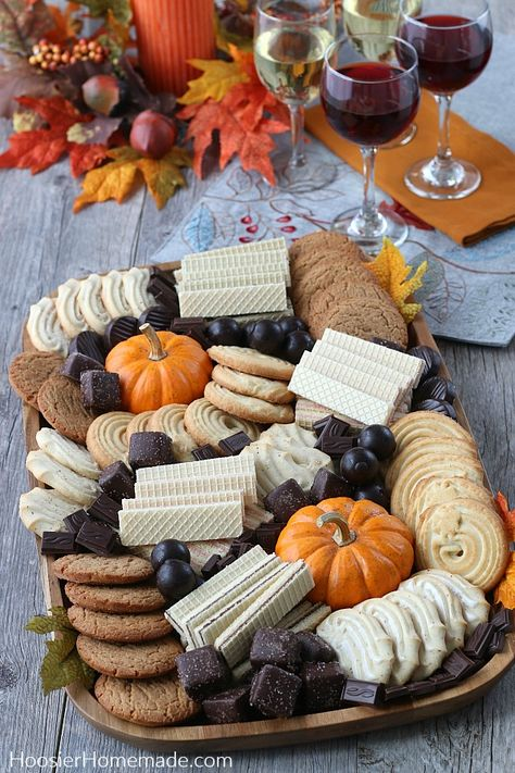 charcuterie board How to Make a Cookie Board Soirée Halloween, Halloween Treats, Halloween Inspo, Fall Treats, Holiday Treats, Thanksgiving Treats, Thanksgiving Decorations, Seasonal Decor, Fall Recipes