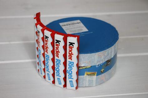 Pappschachteln oder Dosen in verschiedenen Größen Doppelseitiges Klebeband StickyFix Klebeknete Packpapier Geschenkband Süßigkeiten