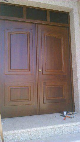 Puerta De Entrada Clasica De Doble Hoja Fabricada En Madera Maciza