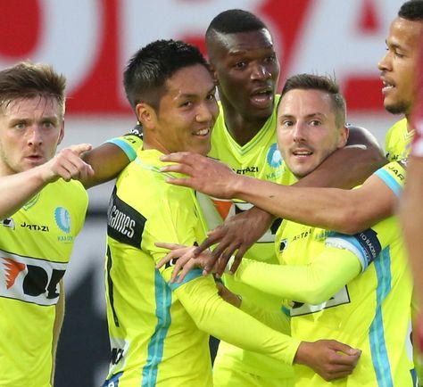 【ワーレゲム(ベルギー)共同】サッカーの欧州各リーグは25日、各地で行われ、ベルギー1部リーグのプレーオフでヘントの久保裕也は2-0で勝った敵地でのワーレゲム戦にフル出場し、前半24分に先制ゴールを決めた。3試合連続得点で、1月に加入後8点目。イングランド・プレミアリーグでサウサンプトンの吉田麻也は、2-4で敗れたアウェーのチェルシー戦にフル出場した。