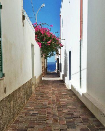 """Non si tratta di Santorini. Questo """"Paese Bianco"""" è in Sardegna, nel Sulcis Iglesiente, sull'isola di Sant'Antioco. Si tratta della suggestiva Calasetta, il piccolo borgo su…"""