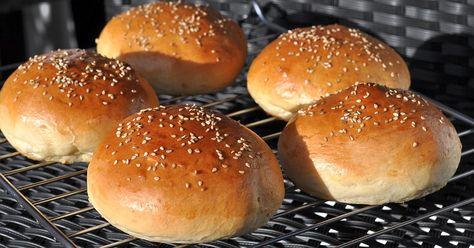 Ein perfekter Burger braucht ein perfektes Hamburgerbrötchen. Das Bun muss fluffig und doch fest sein und fein im Geschmack. Genau wie in diesem Rezept.