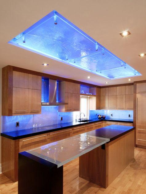 coole große küche - interessantes aussehen - blaues glas Küche - glasrückwand küche beleuchtet