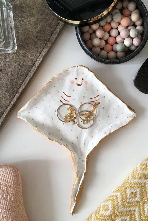 Stingray tray Home Decor Jewelry Holder Ring Dish A ring dish that smiles back. The post Stingray tray Home Decor Jewelry Holder Ring Dish appeared first on Wandgestaltung ideen. Ceramic Pottery, Ceramic Art, Ceramic Jewelry, Ceramic Tools, Ceramic Soap Dish, Ceramic Design, Resin Jewelry, Beaded Jewelry, Cerámica Ideas