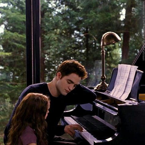"*** BITS AND ROBS *** Rob: ""I teach Renesmee how to play the piano (Breaking Dawn, Part It's nice. I shot the scene with a 4 year old girl that played better than me. Twilight Saga Series, Twilight Cast, Twilight Breaking Dawn, Breaking Dawn Part 2, Twilight Pictures, Twilight Series, Twilight Movie, Edward Cullen, Bella Y Edward"