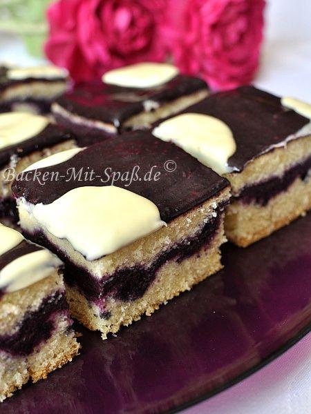 Lila Kuhflecken Kuchen mit frischen Heidelbeeren