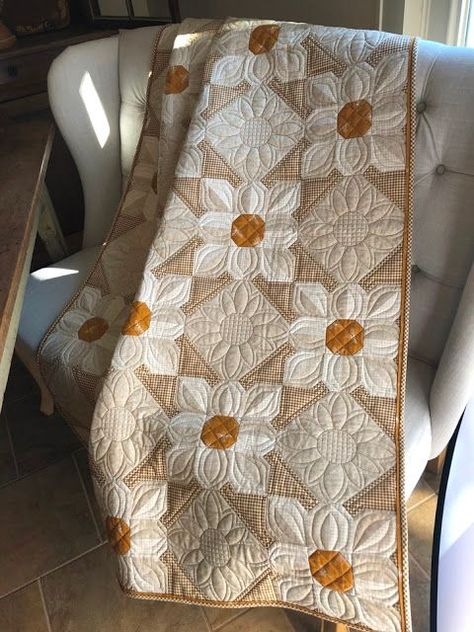 Cotton Daisies Quilt Pattern Laugh yourself into Stitches: Cotton Daisies Meet Beehive<br> Patchwork Quilting, Longarm Quilting, Quilting Projects, Quilting Designs, Crazy Quilting, Quilting Templates, Machine Quilting, Quilting Ideas, Scraps Quilt