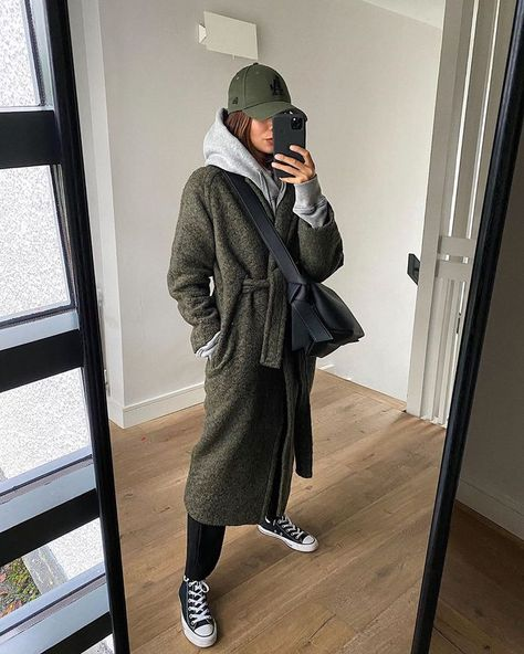 6 Cute Airport Outfit Ideas That Don't Involve Leggings See and shop six easy airport outfits that don't involve leggings but are just as easy. Winter Fashion Outfits, Fall Winter Outfits, Autumn Fashion, Trendy Fashion, Fashion Ideas, Cute Airport Outfit, Airport Outfits, College Outfits, Fresh Outfits