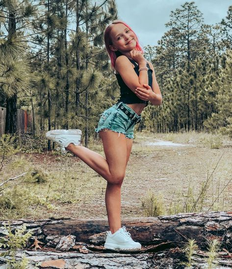 Lilliana Ketchman Net Worth – 1.5 Million &  Lilliana Ketchman is a young dancer, model and aspiring singer/actress from North Carolina, United States. She has an estimated net worth of $1.5 million. She is famous for being featured in the show Dance Moms debuting on it in season 6 till no... Young Girl Fashion, Preteen Girls Fashion, Teen Girl Outfits, Cute Outfits With Jeans, Cute Outfits For Kids, Dance Moms Season 8, Lilliana Ketchman, Dance Moms Dancers, Teen Girl Poses
