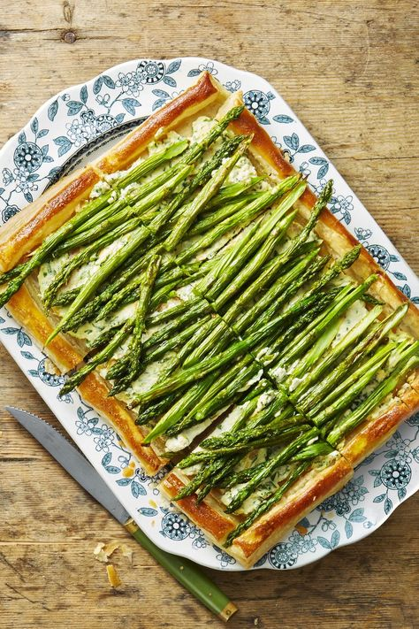 Roasted Asparagus and Ricotta Tart #thanksgiving #food #recipes #thanksgivingrecipes #appetizers #thanskgivingappetizers