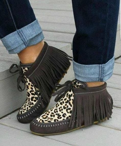 brown leopard hair on fringe moccasins. Cute Shoes, Me Too Shoes, Leopard Hair, Brown Leopard, Cheetah, Leopard Outfits, Bohemian Shoes, Over Boots, Leather Moccasins