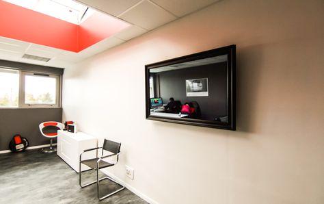 Nous avons sur ce tv miroir un cadre tv hollandais noir sculpté