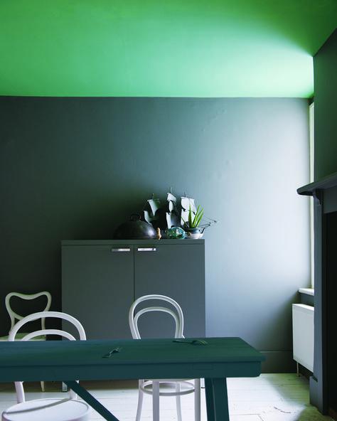 peindre-le-plafond-couleur-bleu-mur-gris-souris-porte-couleur-vert-d - peindre un encadrement de porte