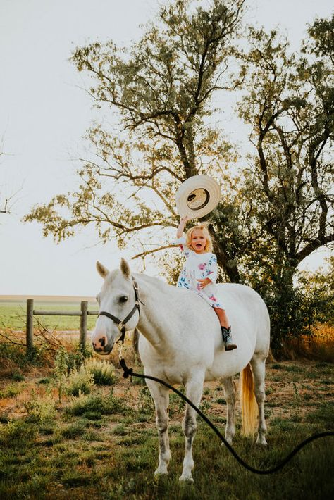 family photo outfits Miss. Western Family Photos, Country Couple Pictures, Cowgirl Pictures, Cute Pictures, Cowboy Family Pictures, Western Baby Pictures, Print Pictures, Country Kids Photography, Children Photography