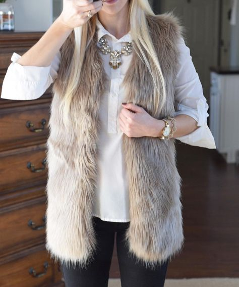 40 Most Popular Christmas Outfits Ideas You Need To Have For Christmas 2019 Casual Chic Outfits, Warm Outfits, Fall Winter Outfits, Cool Outfits, Christmas Outfits, Christmas 2019, Fur Vest Outfits, Fur Coat Outfit, Look Fashion