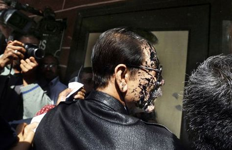 Moment when ink was thrown at Sahara owner Subroto Roy's face (VIEW IN PICS)