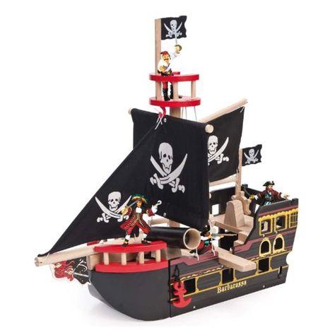 Mettons les voiles avec le superbe bateau Barba Rossa de Le Toy Van ! Vos petits priates vont l'adorer, ce bateau en bois peint est paré de drapeaux tête de mort, possède un canon avec un boulet, une planche amovible et une poupe ouvrable. Attention, les prsonnages ne sont pas fournis ! D: 49 x 19 x 48 cm. Les mâts et quelques accessoires sont à monter soi-même. 75,00 € http://www.lafolleadresse.com/jouets/1999-bateau-pirates-barbe-rouge-le-toy-van.html
