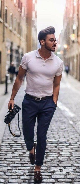 Cómo combinar una camisa polo blanca con un pantalón chino