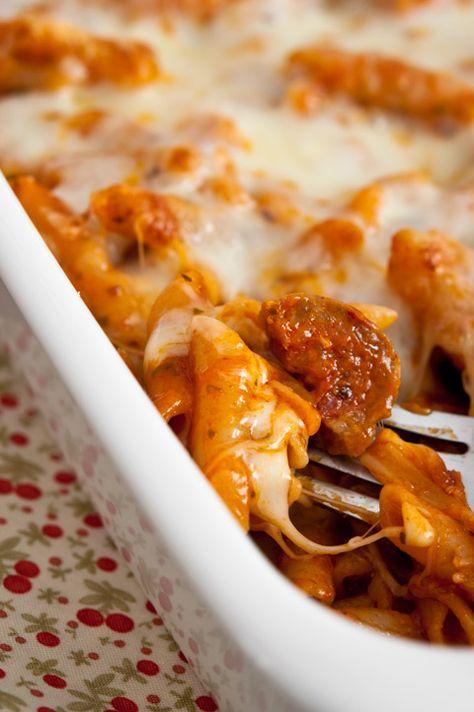 Los macarrones con chorizo son un clásico en casi todas las casas españolas y suelen ser una de las comidas favoritas de los niños. La peculiaridad de la receta que os traemos hoy es que estos son