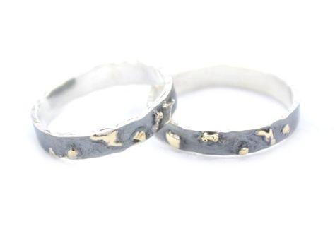 Handgemaakte en fairtrade geoxideerde zilveren trouwringen met 14kt goud vlokjes