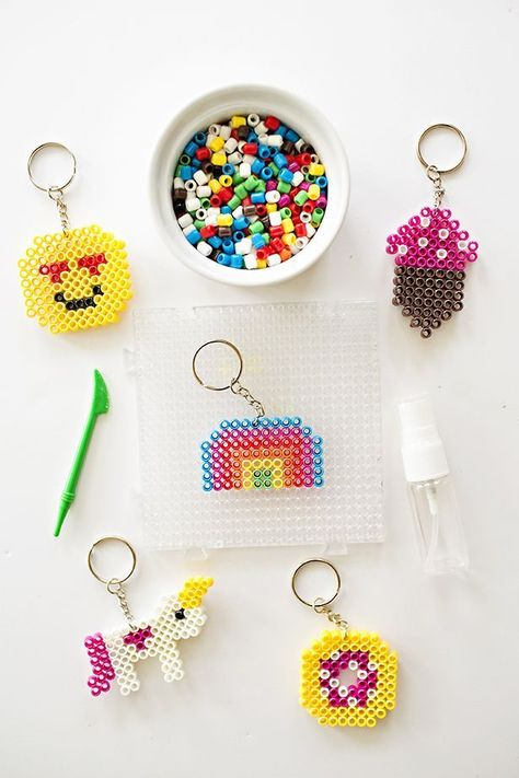Cute DIY Backpack Beaded Keychains Kids Can Make. Adorable back to school craft or handmade gift form kids. Diy Craft Projects, Diy Crafts For Kids, Fun Crafts, Arts And Crafts, Simple Crafts, Craft Ideas, Diy Keychain, Keychains, Keychain Ideas
