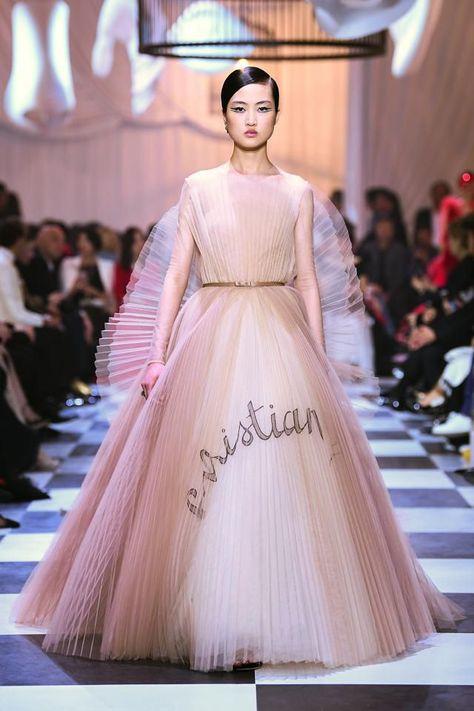 Vestiti Eleganti Moda 2018.Il Sogno Haute Couture Primavera Estate 2018 Di Dior Si Punteggia