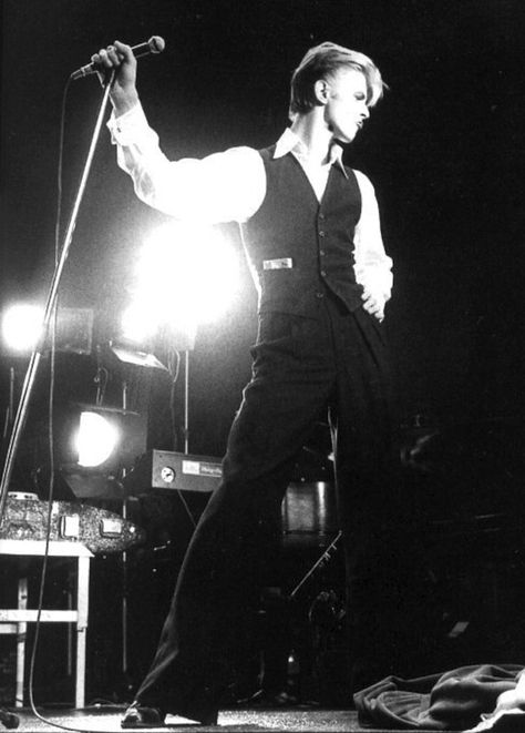 While he can certainly look quite masculine... | The Ultimate David Bowie Spank…