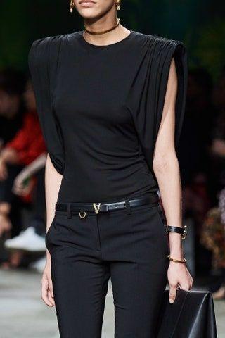 Versace Spring 2020 Ready-to-Wear Fashion Show : Versace Spring 2020 Ready-to-Wear Collection - Vogue Dubai Fashion, Fashion 2020, Look Fashion, Runway Fashion, Fashion Show, Fashion Outfits, Womens Fashion, Vogue Fashion, Fashion Goth