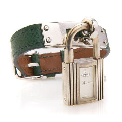 00363a96c840 rare montre bracelet en argent en forme de cadenas. Cadran argent.  Mouvement quartz. Bracelet en cuir vert avec fermoir en acier.