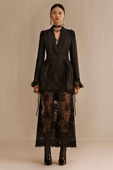 See all the Collection photos from Alexander McQueen Spring/Summer 2019 Resort now on British Vogue
