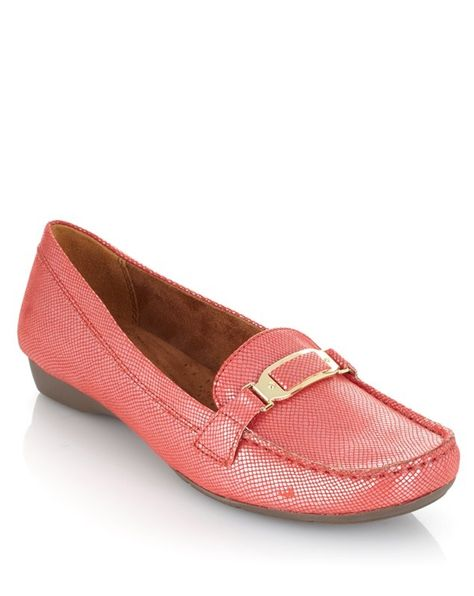 Gallop into spring wearing a comfortable everyday shoe! We love the versatility of this vibrant @Naturalizer moccasin - which color catches your eye?