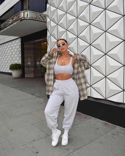 Sweatpants Outfits Sweatpants are a major trend in 2019 and have become a wardrobe staple with major versatility. Here are 35 sweatpants outfit ideas to try this season! Chill Outfits, Cute Casual Outfits, Mode Outfits, Summer Outfits, Dance Outfits, Swag Outfits, Outfits With Jordans, Stylish Outfits, Winter Outfits